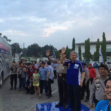 Executive Vice President PT Yamaha Indonesia Motor Manufacturing Dyonisius Beti & Kapolres Jakarta Timur Kombes Pol Umar Faroq SH,MH,MM melepas peserta Yamaha Mudik Kita 2015 (3)