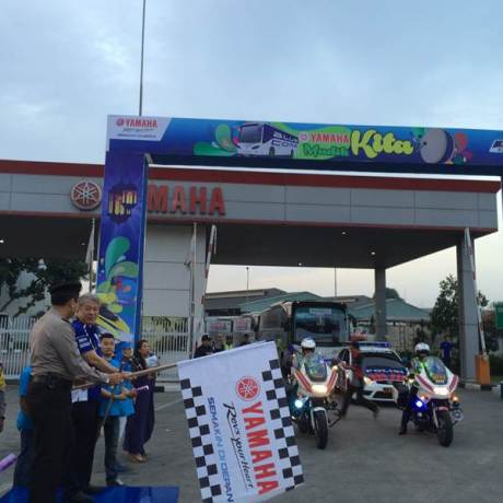Executive Vice President PT Yamaha Indonesia Motor Manufacturing Dyonisius Beti & Kapolres Jakarta Timur Kombes Pol Umar Faroq SH,MH,MM melepas peserta Yamaha Mudik Kita 2015