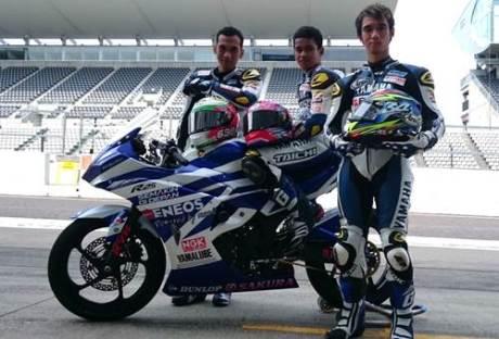 Galang Hendra - Imanuel Pratna - Sigit PD tiga rider Yamaha Factory Racing Indonesia team dengan motor YZF-R25 racing di Suzuka International Circuit