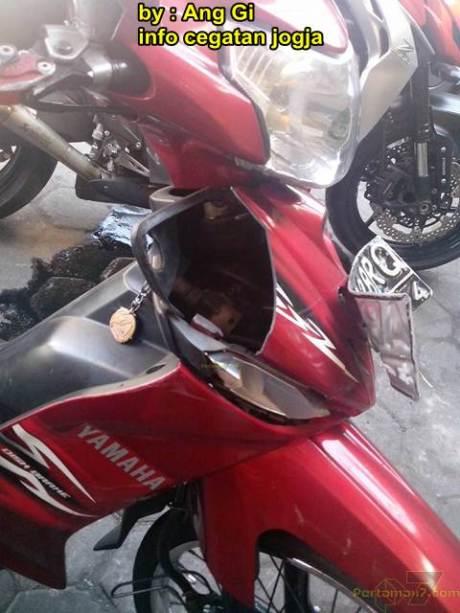 kawasaki Z1000 remuk kecelakaan tabrak motor bebek yang belok 00 pertamax7.com