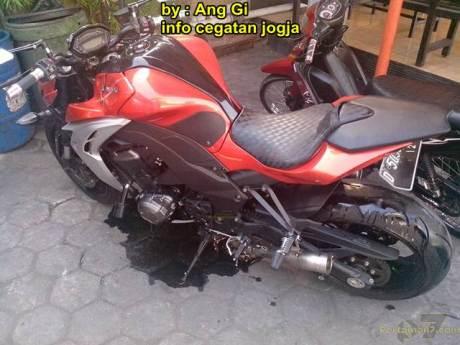 kawasaki Z1000 remuk kecelakaan tabrak motor bebek yang belok 05 pertamax7.com