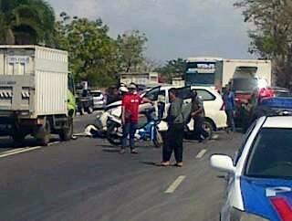 Langgar Marka, Truk Box Indomaret Tabrak Toyota Avanza dan Kijang Kapsul di Gresik 02 Pertamax7.com