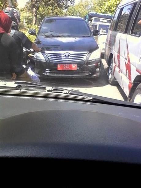 Mobil Dinas Pelat Merah Madura Ini Nekat Lawan Arus Kala Macet jadi pembicaraan Netter ertamax7.com