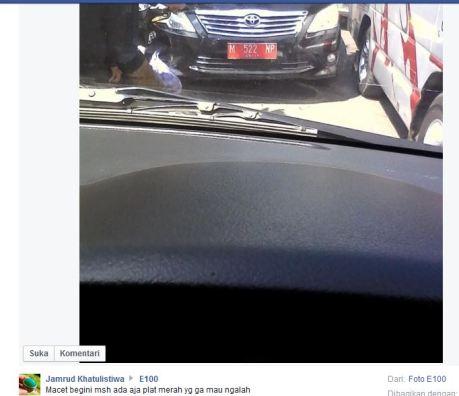 Mobil Dinas Pelat Merah Madura Ini Nekat Lawan Arus Kala Macet jadi pembicaraan Netter