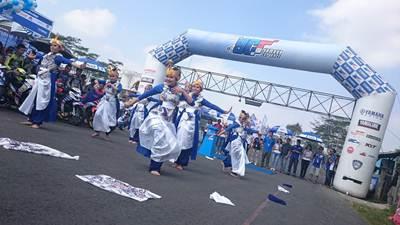 Tarian tradisional di opening Yamaha Cup Race seri 4 di sirkuit Gunung Peusar Tasikmalaya