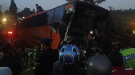 Toyota Corolla Ringsek Pasca Kecelakaan Karambol dihantam Rhema Abadi di Jalan raya Kopeng Semarang 02 Pertamax7.com