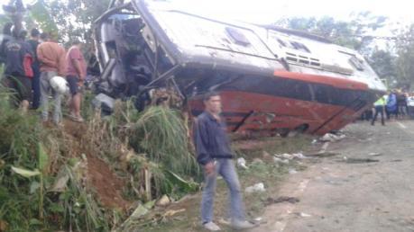 Toyota Corolla Ringsek Pasca Kecelakaan Karambol dihantam Rhema Abadi di Jalan raya Kopeng Semarang 03 Pertamax7.com