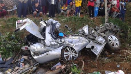 Toyota Corolla Ringsek Pasca Kecelakaan Karambol dihantam Rhema Abadi di Jalan raya Kopeng Semarang 04 Pertamax7.com