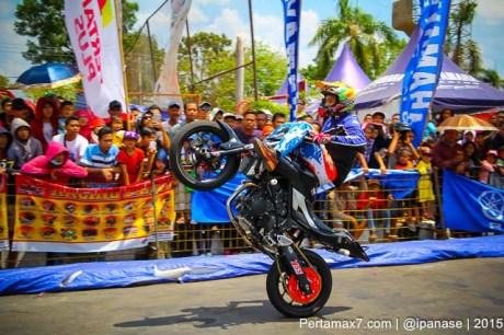 Aksi Wawan tembong free Style Yamaha MT-25 Hibur Masyarakat Pati di Yamaha Cup race seri 5 pertamax7.com_-17