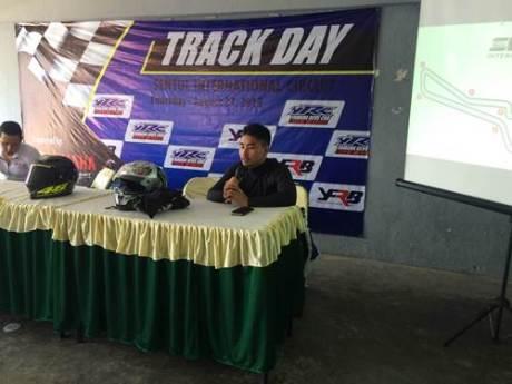 Harlan Fadillah memberikan coaching clinic di Yamaha Track Day kedua di Sentul International Circuit