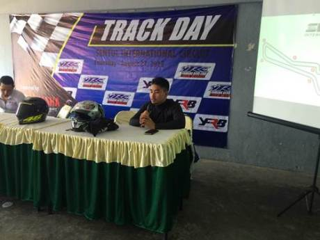 Harlan Fadillah memberikan coaching clinic di Yamaha Track Day kedua di Sentul International Circuit