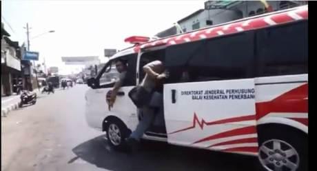 Heboh Ambulance Pelat Merah Buat Ngawal Mogeh Jogja03 pertamax7.com
