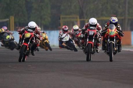 Honda CB150R kalahkan Yamaha R15, Jupiter MX King dan Suzuki satria F di Sentul besar Kejurnas 2015 IP 250 CC a