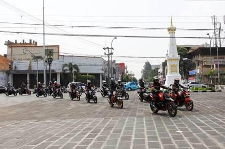 Touring simpatik bikers Honda Streetfire melewati salah satu landmark kota, Tugu Golong Gilig yang dikenal sebagai Tugu Jogja. Touring simpatik ini dilakukan secara tertib tanpa pengawalan voorijder sekaligus sebagai bentuk ajakan bagi komunitas bikers pada umumnya untuk melakukan konvoi tanpa melanggar peraturan lalu lintas.