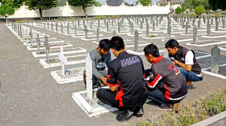 Peserta Jogja Streetfire Parade 2015 mendoakan para pahlawan sekaligus melakukan prosesi tabur bunga di salah satu pusara pahlawan nasional yang bertempat di Taman Makam Pahlawan Kusumanegara.