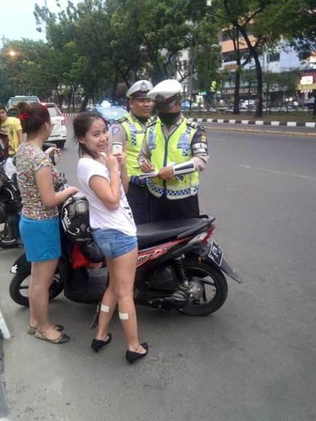 Lagi Heboh Cewek Narsis Pakai Koyo di Betis Saat Ditilang Tanpa Helm dan SIM   pertamax7.com