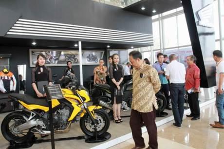 """Manajemen AHM menyapa pengunjung yang berkunjung ke booth Honda Big Bike di ajang GIIAS (20/8). Pada GIIAS 2015, Booth Honda didesain dengan mengusung tema """"Smart Mobility for the Future"""" sejalan dengan upaya AHM mempersembahkan jajaran sepeda motor dengan teknologi canggih dan pintar untuk masa depan yang lebih baik."""