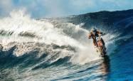 robbie-maddison-beach-pipe-dreams-surfing dengan KTM ENDURO
