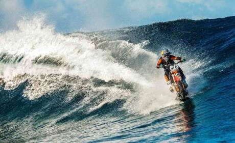 robbie-maddison-beach-pipe-dreams-surfing dengan KTM ENDURO