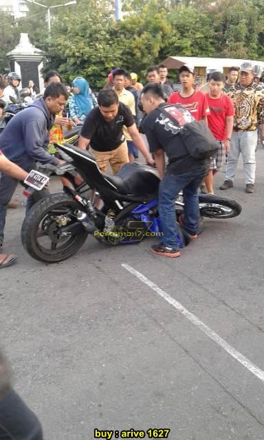 Shock Depan Yamaha R15 patah usai adu kambing lawan Bajaj Pulsar 200 sampai terbakar di Solo 07 pertamax7.com