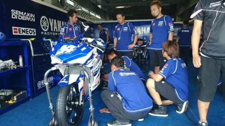Tim dan crew Yamaha Factory Racing Indonesia team di paddock (2)