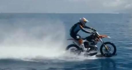 Unik.. KTM Enduro ini dipakai buat Ngebut dan Selancar di Pantai, Seru 04 pertamax7.com