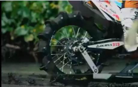 Unik.. KTM Enduro ini dipakai buat Ngebut dan Selancar di Pantai, Seru 06 pertamax7.com