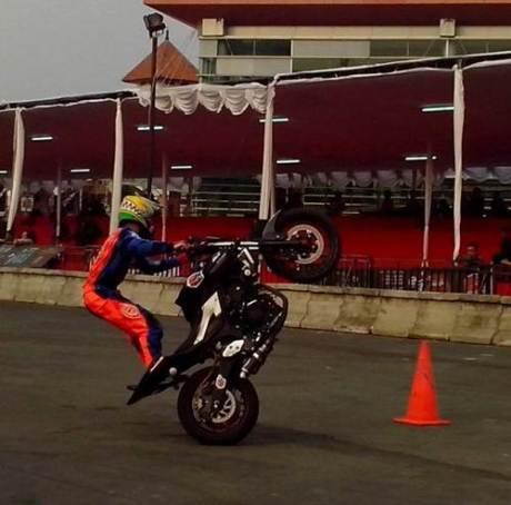 Wawan Tembong menggunakan Yamaha MT-25 yang membawanya jadi jawara Kejuaraan Inteernational Freestyle ASEAN Stunt Day (1) pertamax7.com