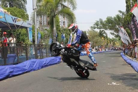 Aksi freestyle Wawan Tembong dengan Yamaha MT-25