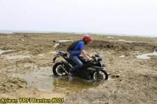 Aksi Yamaha R15 Libas Karang dan Air Laut Pantai Anyer, waspada karat 09 pertamax7.com
