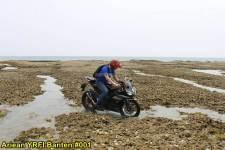 Aksi Yamaha R15 Libas Karang dan Air Laut Pantai Anyer, waspada karat 13 pertamax7.com
