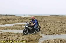 Aksi Yamaha R15 Libas Karang dan Air Laut Pantai Anyer, waspada karat 14 pertamax7.com