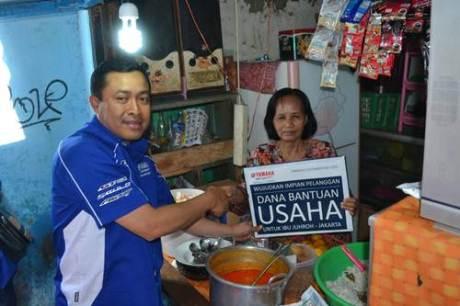Ibu Juhro pedagang nasi uduk mendapatkan dana bantuan usaha dari PT Yamaha Indonesia Motor Manufacturing yang secara simbolis diserahkan oleh Direktur Sales Sutarya
