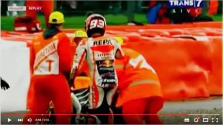 Marshall Motogp Silverstone 2015 Fans Rossi pakai Topi 46 saat Angkkat Marquez Crash 00 pertamax7.com