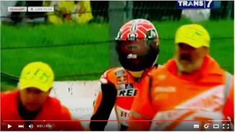 Marshall Motogp Silverstone 2015 Fans Rossi pakai Topi 46 saat Angkkat Marquez Crash 03 pertamax7.com