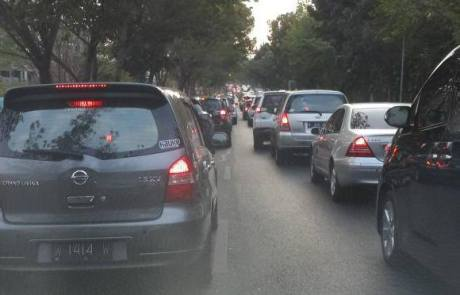 Mobil Mewah Toyota Camry Ceper nyangkut Polisi Tidur Unesa bikin Macet 1