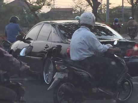Mobil Mewah Toyota Camry Ceper nyangkut Polisi Tidur Unesa bikin Macet 2