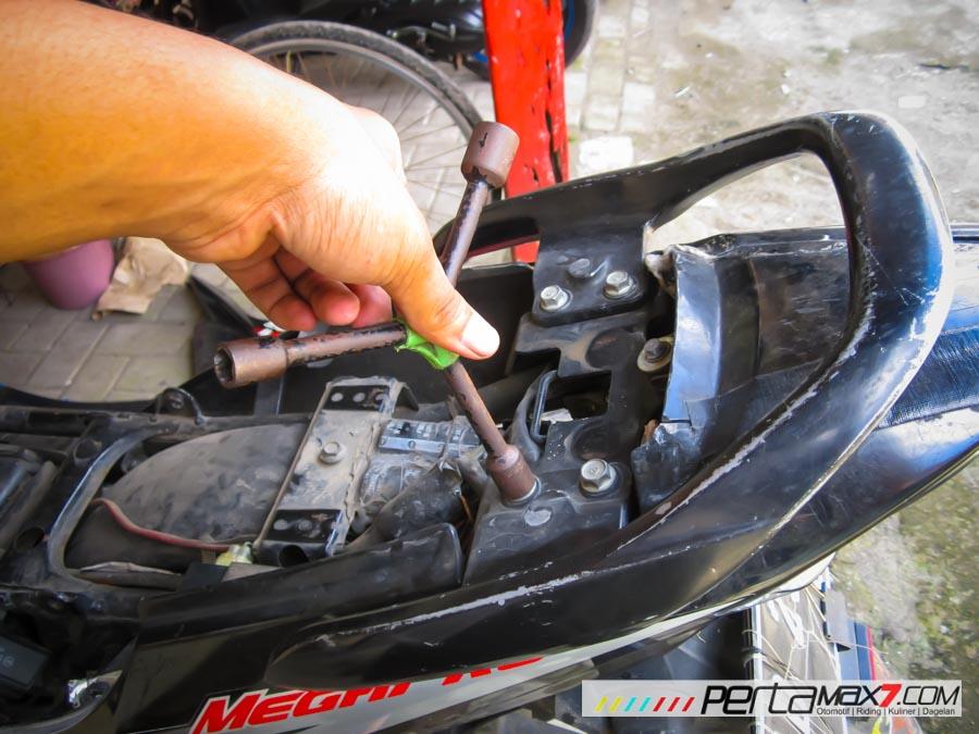 Mudahnya Pasang Braket geser Kucay di Honda Megapro plus Box Givi E20 Kuat mantabh 11 Pertamax7.com