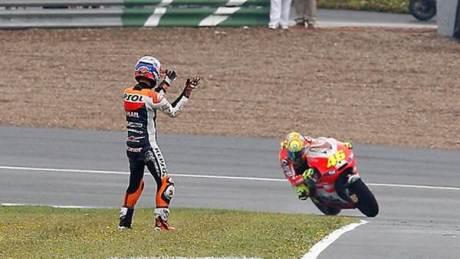 Rossi Vs Stoner Crash Motogp Jerez Marshall help 46 01 pertamax7.com