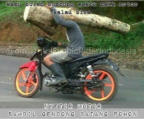 Skill Level Tinggi, Kaik Motor Sambil Gendong Segelondong Batang Pohon pertamax7.com