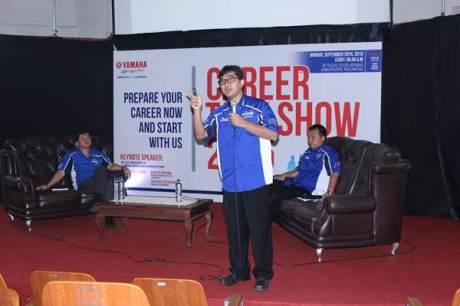 Tampak Director Production PT YIMM Teddy Cahyadi Yacob tengah berbicara di depan peserta, di belakangnya Johannes Siahaan  & Adhitya Pratama