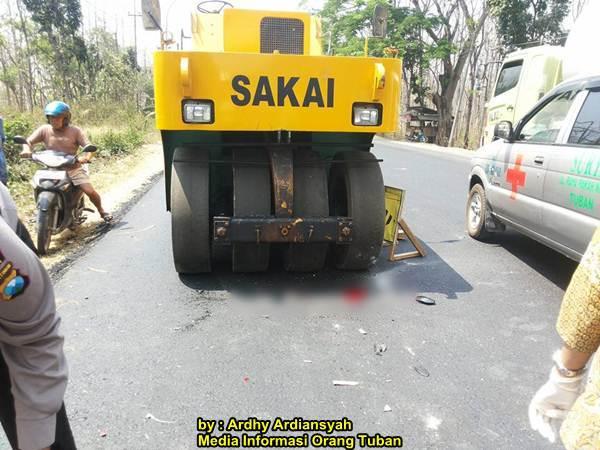Terobos Rambu Perbaikan Jalan Tabrak Alat Berat Di Tuban 01 pertamax7.com