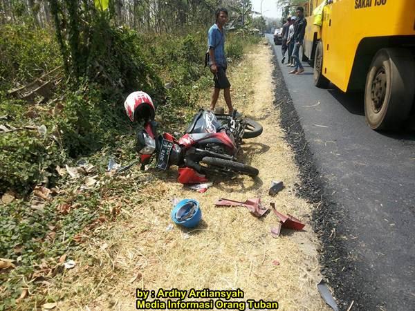 Terobos Rambu Perbaikan Jalan Tabrak Alat Berat Di Tuban 02 pertamax7.com