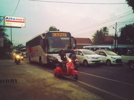 Aksi Rider Honda Vario hadang Bus Eka lawan arus di Salatiga 02 Pertamax7.com