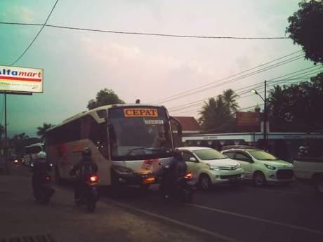 Aksi Rider Honda Vario hadang Bus Eka lawan arus di Salatiga 03 Pertamax7.com
