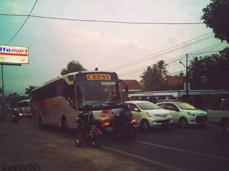 Aksi Rider Honda Vario hadang Bus Eka lawan arus di Salatiga 04 Pertamax7.com