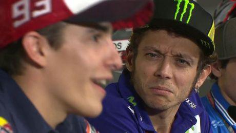Ekspresi Rossi ini nampak serius dan tak percaya, apa sih yang diomongin Marquez pertamax7.com