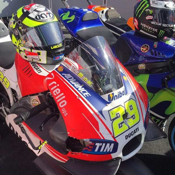 Fairing Ducati GP.15 Iannone sampai Bolong usai tabrak Burung di Motogp Australia 2015, kencang pertamax7.com 2
