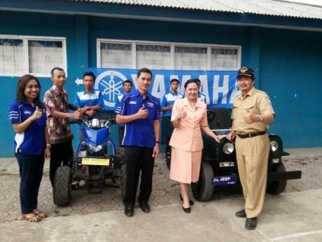 Foto bersama Tim Yamaha - Ketua Yayasan dan Kepala Sekolah SMK Angkasa Bandung - Koordinator dan Siswa yang membuat hasil karya Vixion jadi motor ATV dan jeep