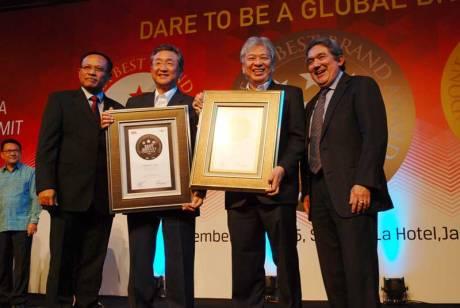 Minoru-Morimoto-Vice-President-PT-YIMM-&-Dyonisius-Beti-Executive-Vice-President-PT-YIMM-menerima-Indonesia-Best-Brand-Award-2015-untuk-Mio-dan-V-xion